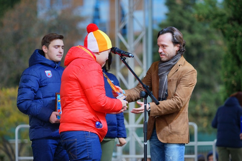 Алексей Каспржак поздравляет Тимура Гармаева